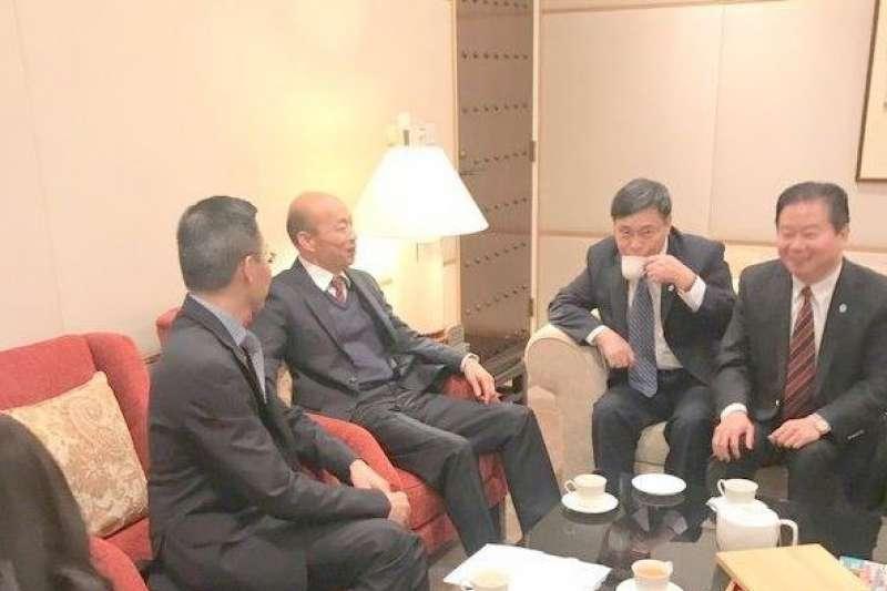 高雄市長韓國瑜一行人抵達香港,中聯辦台務部長楊流昌等人接機,雙方於貴賓室寒暄。(中評社)
