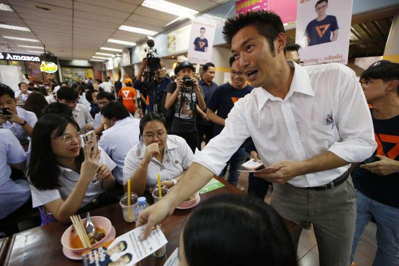 泰國「未來前進黨」黨魁塔納通(Thanathorn Juangroongruangkit)上街拉票。(美聯社)