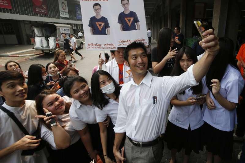 泰國「未來前進黨」黨魁塔納通(Thanathorn Juangroongruangkit)與支持者自拍。(美聯社)
