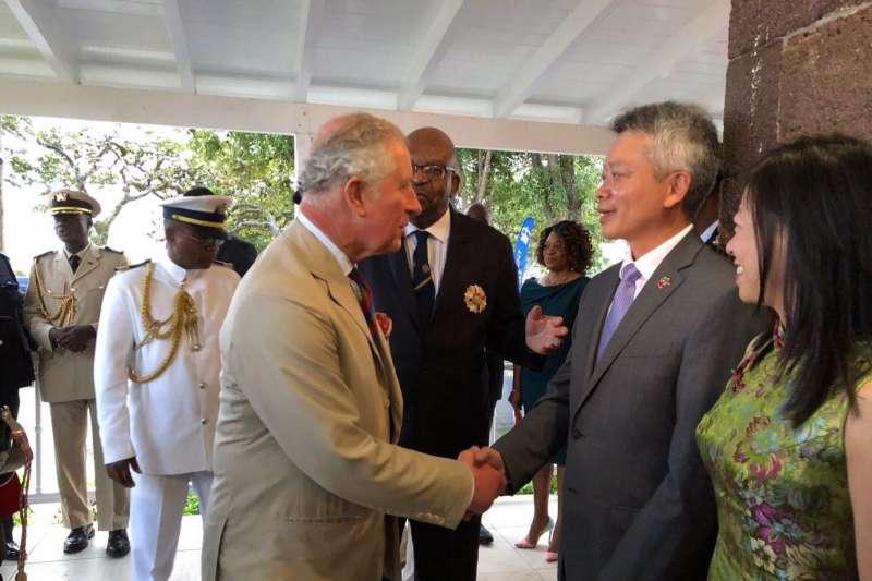 英國王儲查爾斯訪問我國加勒比海友邦聖克里斯多福,我國大使李志強與王儲寒暄(翻攝臉書)