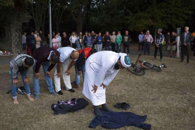 由於無法進入努爾清真寺,過去一周不少穆斯林選擇在一旁的草坪進行禮拜。(AP)