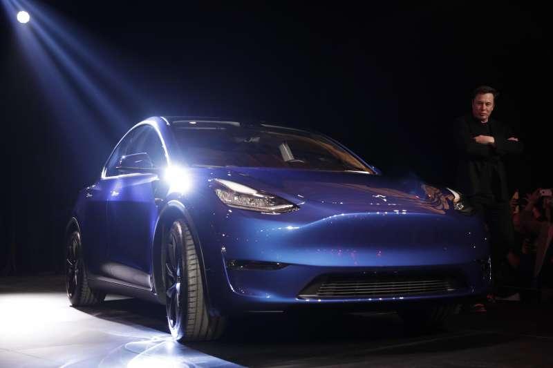 電動車大廠特斯拉對旗下電動車的安全功能有信心,今天宣布將針對加州汽車駕駛人推出比競爭對手保費低達20%的汽車保險(A資料照,AP)