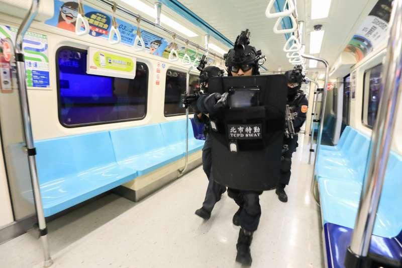 保一總隊維安特勤隊(綠)和台北市刑大特勤中隊(藍)霹靂小組,23日凌晨在台北火車站進行一場號稱「無劇本」的反恐演練。(粉絲頁NPA署長室)