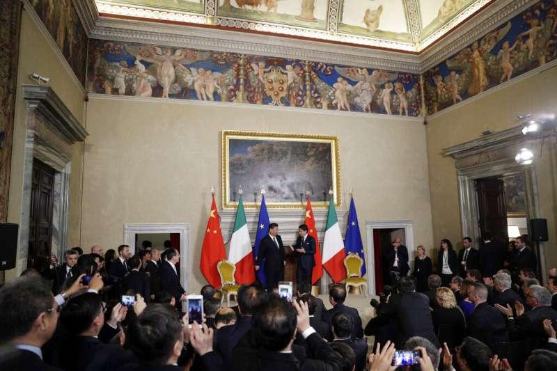 2019年3月23日,中國國家主席習近平和義大利總理孔蒂出席「一帶一路」備忘錄簽署儀式。(美聯社)