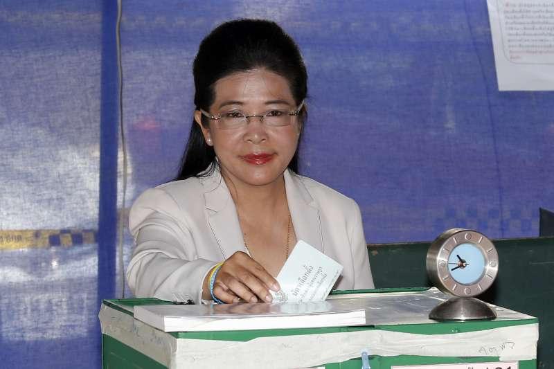 2019年3月24日,泰國眾議院選舉投票登場,為泰黨(Pheu Thai Party)的前衛生部長蘇達拉(Sudarat Keyuraphan)投票(AP)