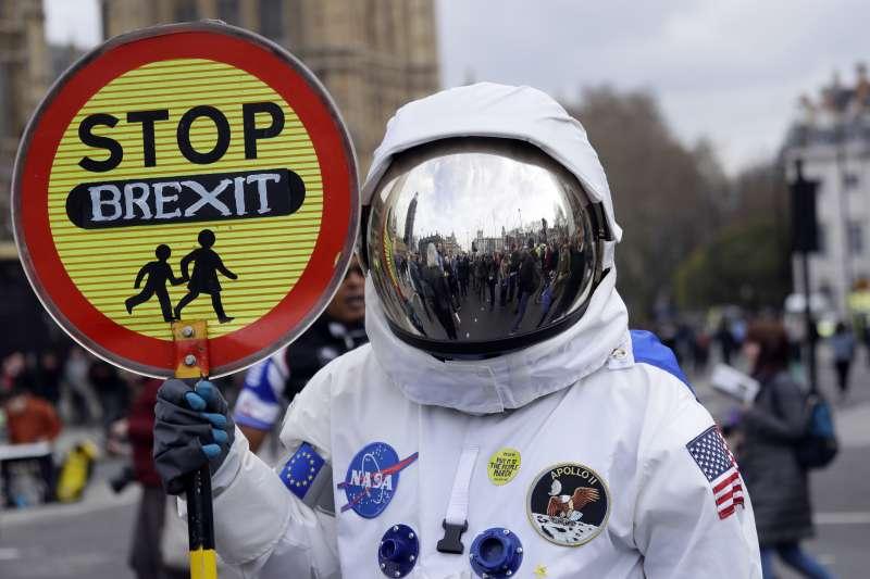 2019年3月23日,英國百萬民眾上街遊行示威,一位「太空人」要求第二次「脫歐」公投(AP)