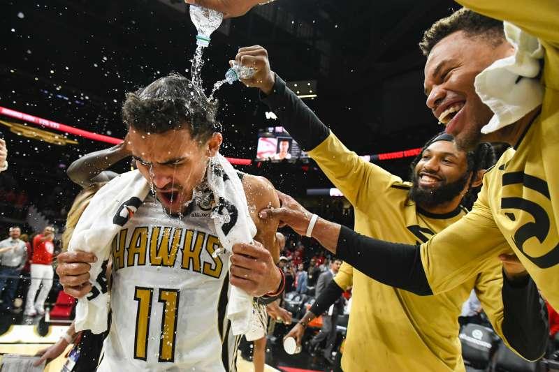 楊恩(左)絕殺得手,賽後被隊友淋水祝賀。
