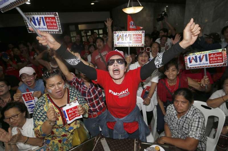 泰國大選於3月24日登場,為泰黨支持者熱切關注開票結果。(美聯社{