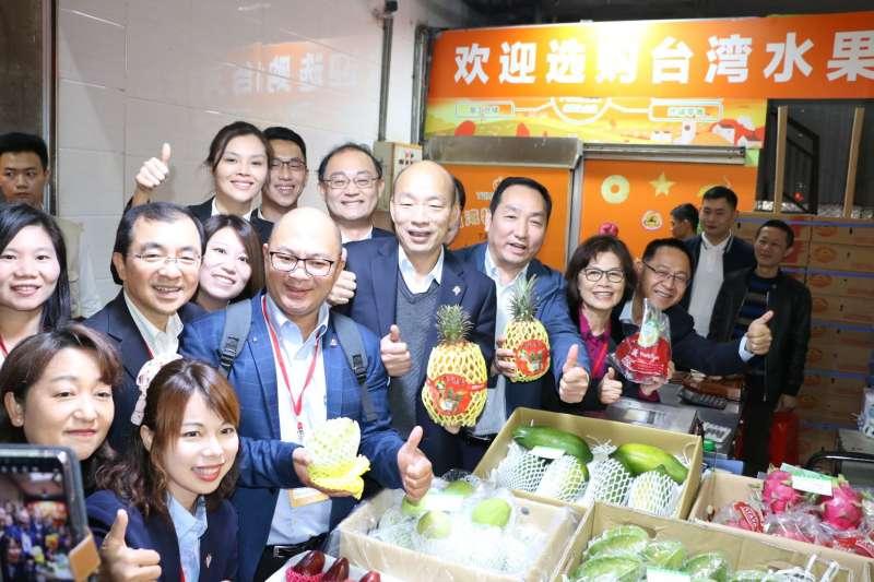 高雄市長韓國瑜(左二)今(25)日前往平湖海吉星國際農產品物流園區參加深圳與高雄產品採購簽約儀式。(高雄市政府FB)