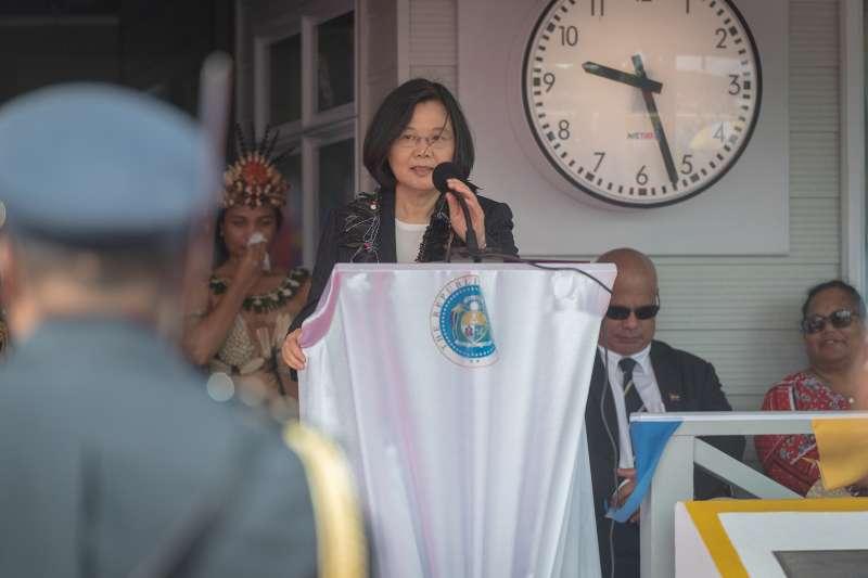 總統蔡英文「海洋民主之旅」第2站訪諾魯,25日參加諾魯正式歡迎儀式暨頒贈瓦卡總統「采玉大勳章」,下午越洋接受台灣廣播專訪,分享外交成果。(取自總統府@Flickr)