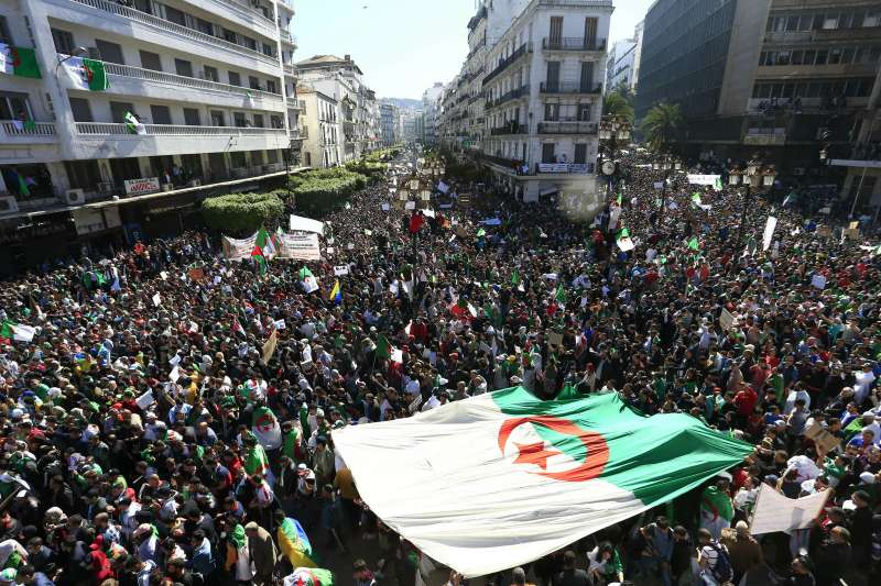 阿爾及利亞民眾走上街頭,要求徹底進行改革(AP)