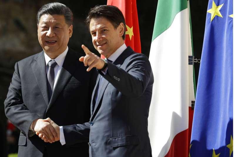 中國國家主席習近平(左)與義大利總理孔蒂(右)會面,並簽署多份兩國合作文件。(美聯社)