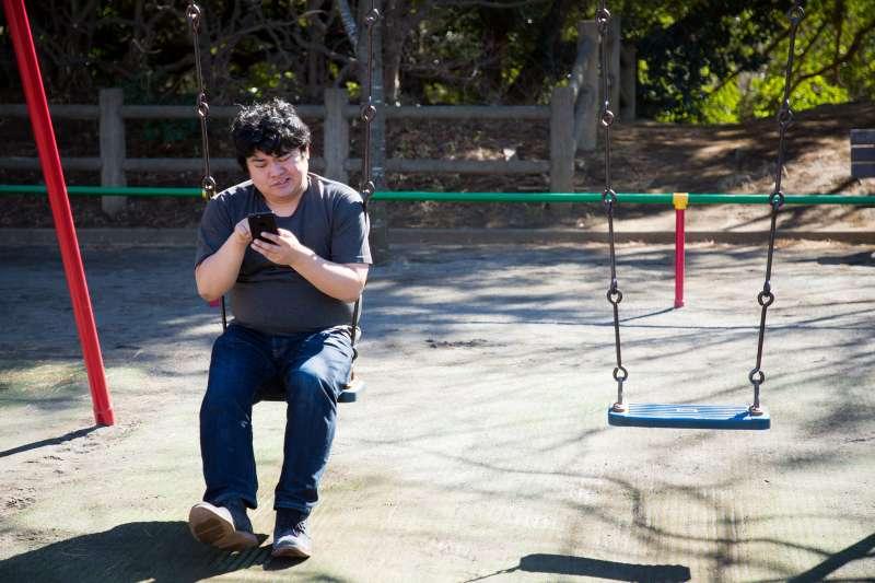 該如何擺脫無止境地沉溺於智慧型手機,又能保持與外界接觸?有人想出了新方法:多置一部一般手機,即新一代極簡、功能有限的小尺寸手機。(示意圖非本人/つるたま@pakutaso)