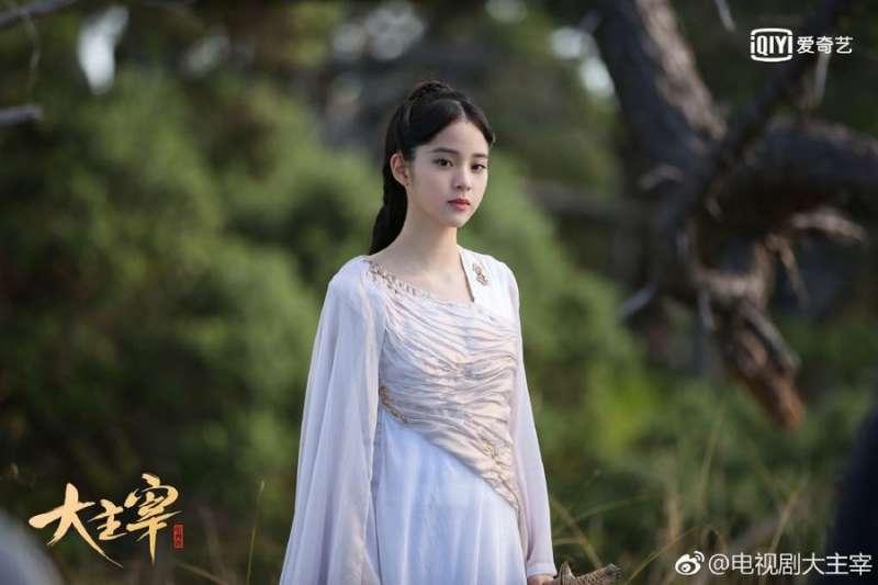 歐陽娜娜雖然一再堅稱自己是中國人,但主演的古裝劇還是被封殺了,原因卻是中國最新頒布的「限古令」…(圖/取自大主宰微博)