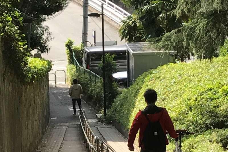 從和敬塾到早稻田大學間的胸突坂,是村上春樹大學時期天天經過的地方。(李清志攝)