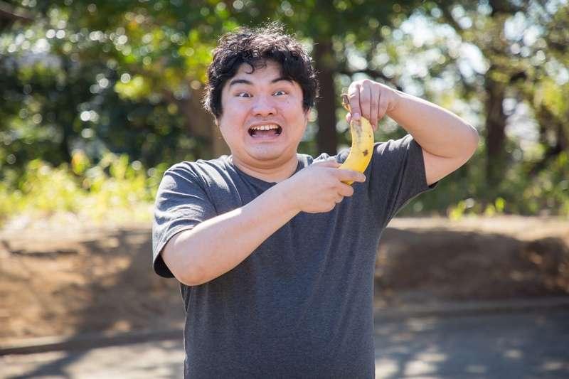 為了對抗便祕,許多人會將香蕉、蘋果當作通便萬靈丹,但為什麼有些人不吃還好,吃了反而排便更不順暢呢?(圖/段田隼人@pakutaso)
