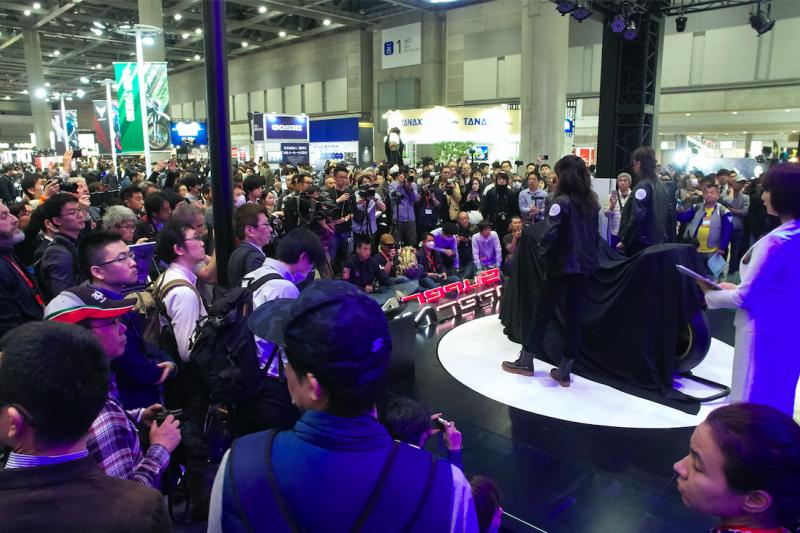 KYMCO今(22)於第46屆東京摩托車展首次展示SuperNEX,現場聚集眾多人潮爭相一睹SuperNEX的極致魅力。(圖/光陽)