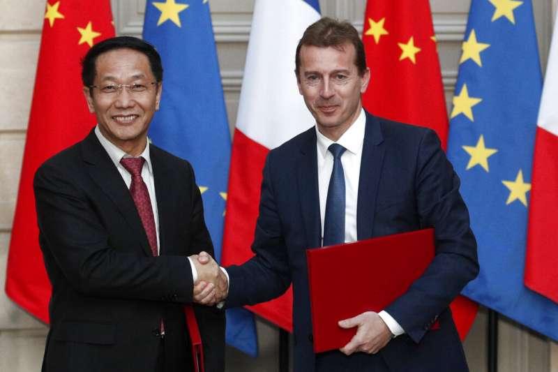 馬克宏與習近平25日一同見證中國向法國採購300架空中巴士客機的簽約儀式。(美聯社)