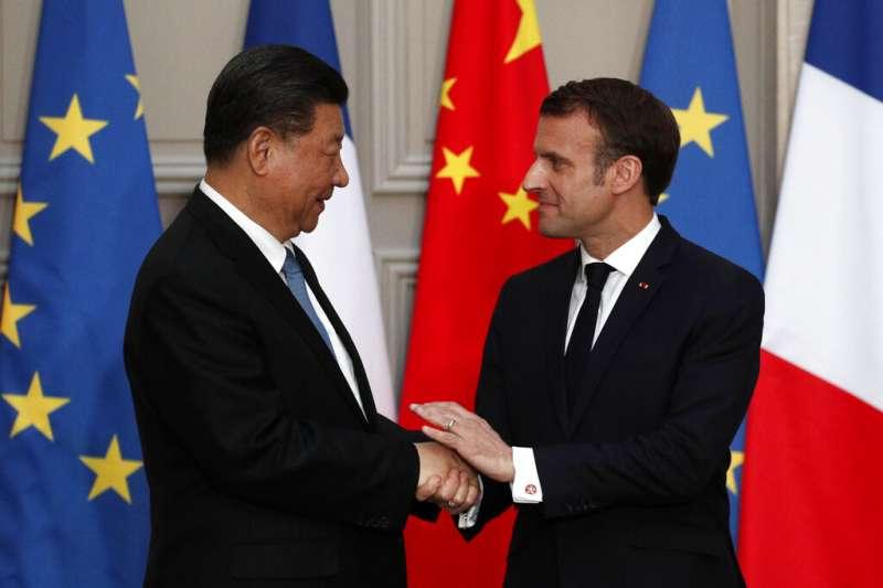 馬克宏與習近平一同見證中國向法國採購300架空中巴士客機的簽約儀式。(美聯社)