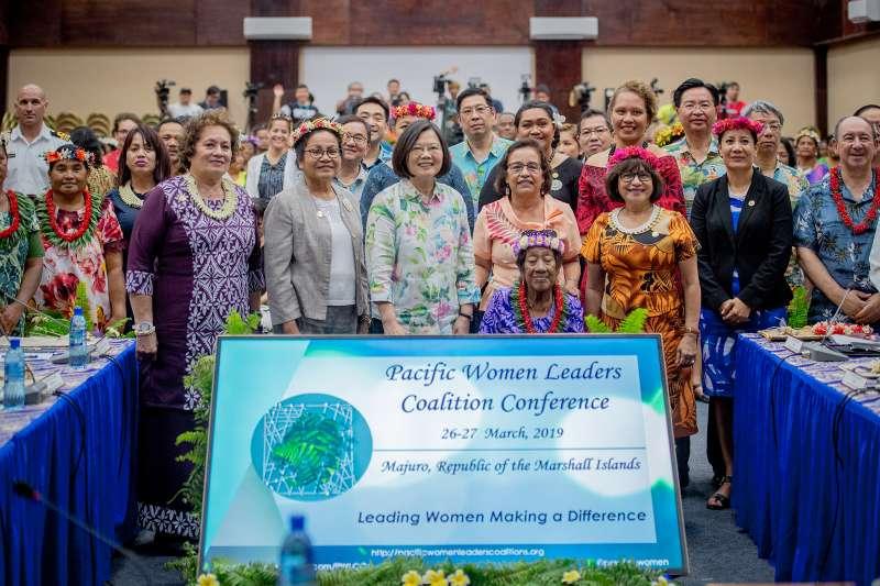 總統蔡英文「海洋民主之旅」訪馬紹爾群島,26日出席太平洋婦女領袖聯盟會議,並與多國代表合影。(取自總統府@Flickr)