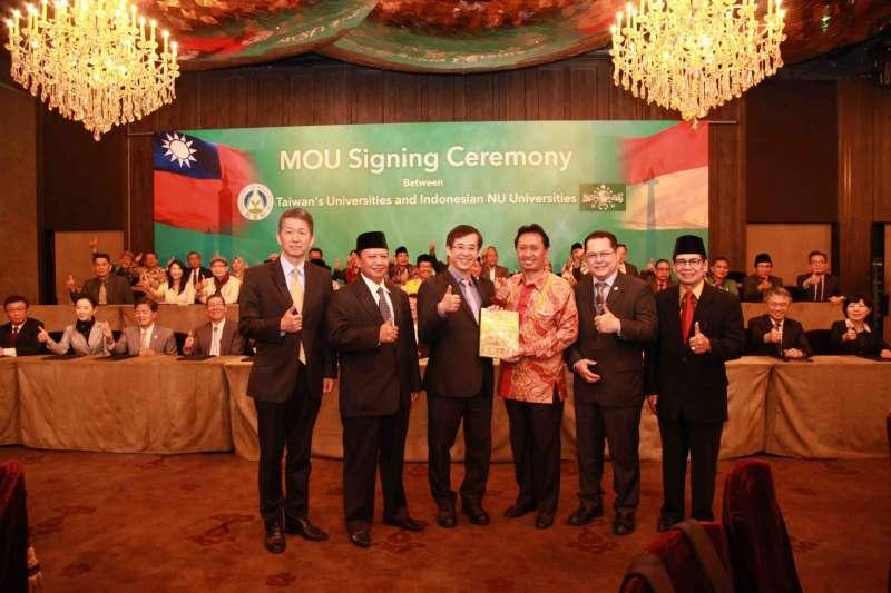 20190326 upload-教育新南向,臺灣與印尼多所大學於2018年4月17日進行聯合簽約典禮,由教育部姚立德代理部長(左三)見證簽署722份合作協議。(取自教育部網站)