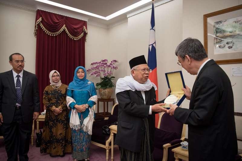 20190326 upload-印尼總統佐科威搭檔的副總統候選人馬魯夫.安明(右二),係伊聯主席,早在2017年10月就曾經來台訪問。圖為副總統陳建仁(右一)2019年10月17日接見安明。(取自總統府@Flickr)