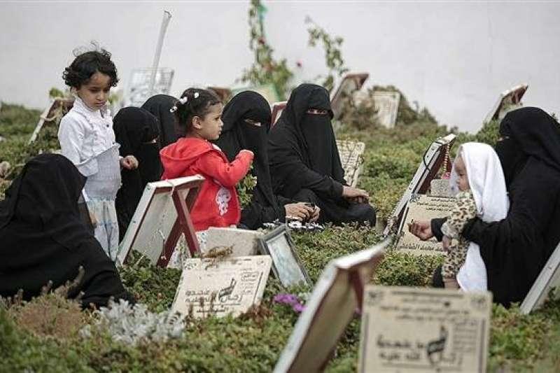 2017年2月,一群婦女與兒童在首都沙那的一處墓園(美聯社)