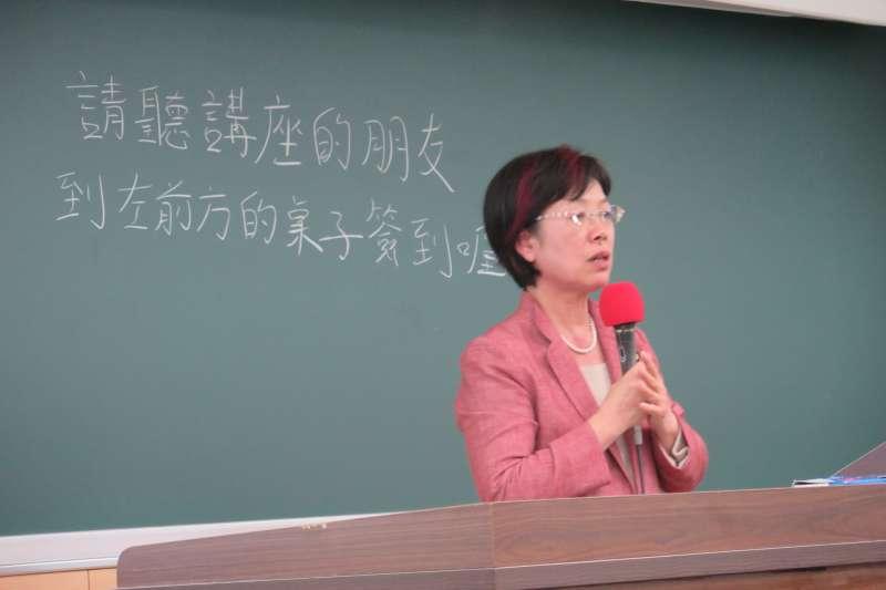 立委尤美女昨(25)日受台大女性研究社、學生會性別工作坊、法律系學會之邀,返回母校和近百名學弟妹對話。(台大女研社提供)