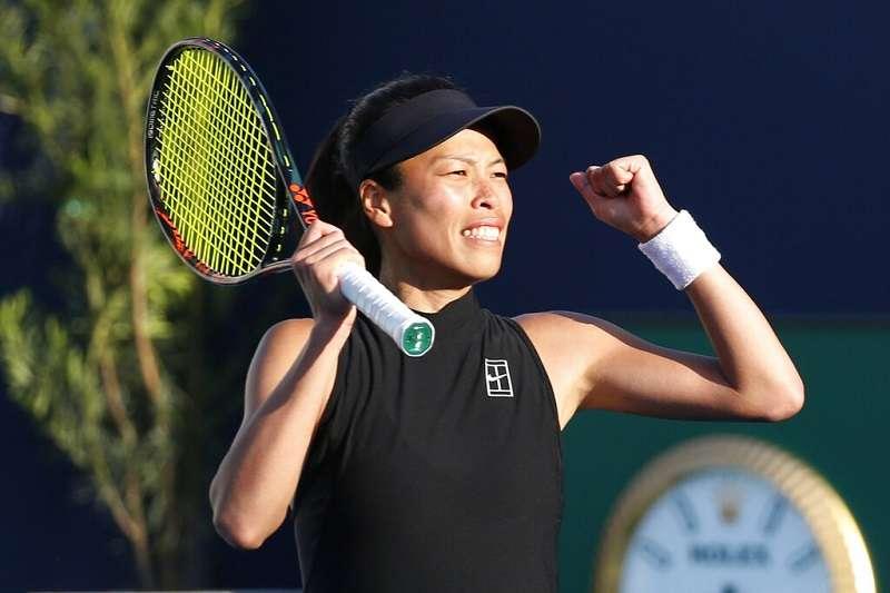 謝淑薇在邁阿密網賽拍落前球后丹麥甜心,晉級女單8強,世界排名可望改寫個人新高。(美聯社)