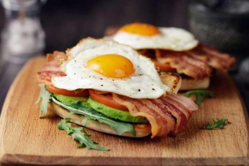 根據美國的研究,一天吃兩個雞蛋可能與心血管疾病和早亡率增加有關。(BBC中文網)