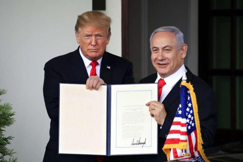 美國總統川普25日在其重要盟友、以色列總理納坦亞胡的見證下簽署公告,美國正式承認以色列對戈蘭高地的主權。(AP)
