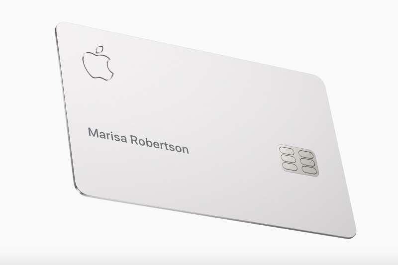 蘋果與高盛銀行共同發行信用卡「Apple Card」,卡面超素,只有一顆蘋果、使用者姓名、還有晶片。每天給予用戶消費的現金回饋,是張「住」在iPhone裡的信用卡。(翻攝蘋果官網)