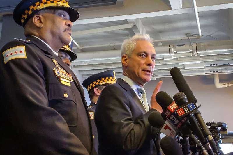 芝加哥警察局長強森(左)、芝加哥市長伊曼紐(右)26日召開記者會譴責檢方撤銷對《嘻哈世家》黑人同志男星史莫雷特的告訴。(AP)