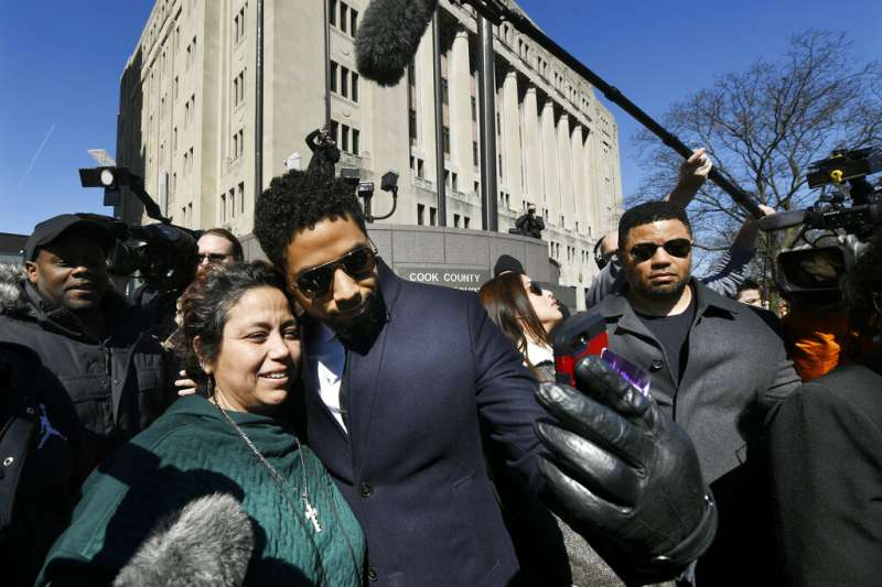 當紅美劇《嘻哈世家》黑人同志男星史莫雷特26日獲檢方撤銷起訴,在法院外與支持者開心合照。(AP)
