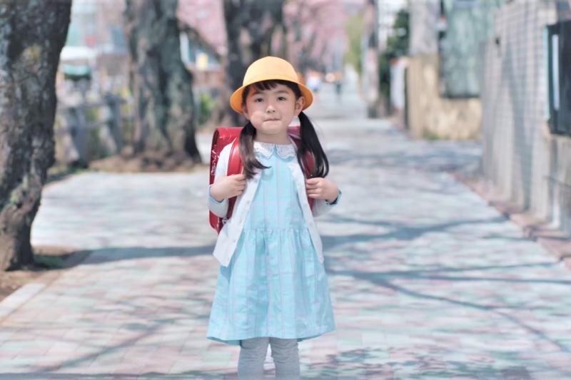 大人「未雨綢繆」的觀念其實會阻礙孩子成長,應教導孩子跌倒後,該怎麼站起來。(圖/取自youtube)