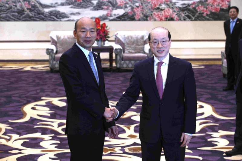 韓國瑜(左)與劉結一(右)會面後,向媒體表示國父孫中山創立中華民國。(高雄市政府提供)