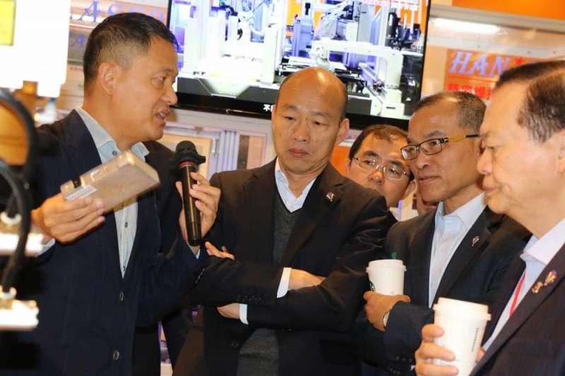 韓國瑜(左二)上任百日,年輕選民感受不到他為高雄帶來進步。(高雄市政府提供)