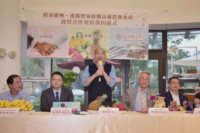 韓國瑜(中)就任以來,拿下多張農產品外銷採購訂單,造就的是他個人的政治能量?還是農漁民的利益?(高雄市政府提供)