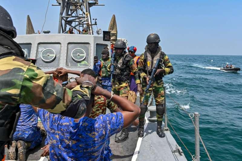 美國海軍非洲司令部日前在官方臉書上發布與塞內加爾、甘比亞海軍執行針對毒品、走私、人口販運防制進行的「疾速團結 2019」演習,歐洲國家、土耳其、巴西在內,有33國共同參與,並就區域合作、情資分享甚至是執法技巧等層面交流。(取自美國海軍)