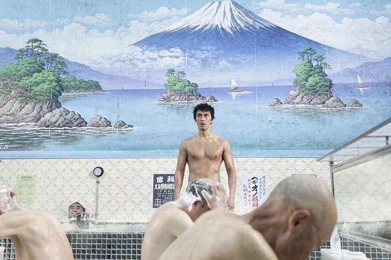 一百年前台灣人不愛洗澡,常常只是擦洗手腳。(示意圖/IMDb)
