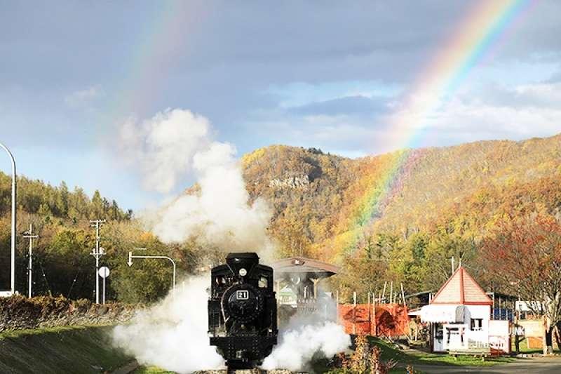 丸瀨布町除了將原本殘留的軌道重新整備之外,還興建了車庫、車站、月台,1980年正式對外公開,成為日本第一個、也是唯一以森林鐵道蒸汽火車為賣點的保存鐵道。(圖/想想論壇)