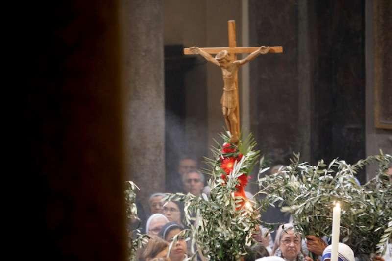 傳教士們背負著十字架宣揚福音(曾廣儀攝)