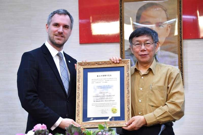 今年3月28日,捷克布拉格市長賀瑞普拜會台北市長柯文哲,獲贈「榮譽市民狀」,期盼雙方關係能更深化,從夥伴關係轉而締結姐妹市。(取自台北市政府)