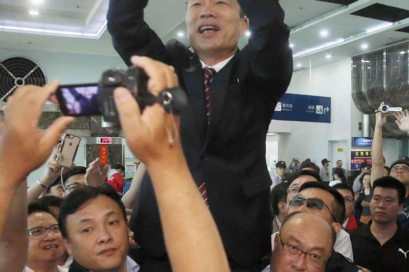 高雄市長韓國瑜訪港澳回台,大批民眾接機。(高雄市政府提供)