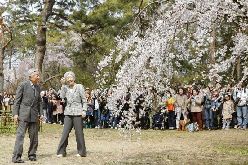日本天皇明仁與皇后美智子27日在京都御苑賞櫻。(美聯社)