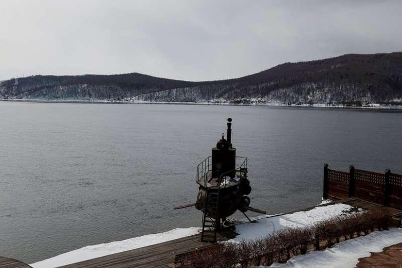 貝加爾湖在中俄關係中比較敏感。在水廠項目爭議的同時,大批中國遊客蜂擁也讓當地人感到不滿。(BBC中文網)