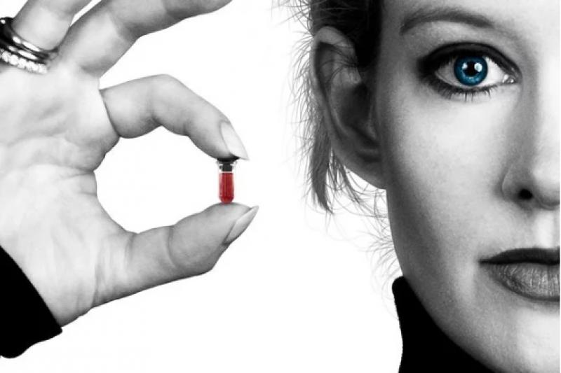 伊麗莎白·霍姆斯(Elizabeth Holmes)成了矽谷最大騙局的主角,她推出的一款「革命性驗血設備」,號稱僅通過指尖採血就能完成 300 多項血液檢測項目,最終被發現是一場騙局。(圖/愛范兒提供)