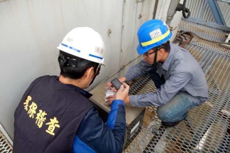 新北市環保局稽查人員於工廠內進行空氣污染查核相關作業。  (圖/新北市環保局提供)