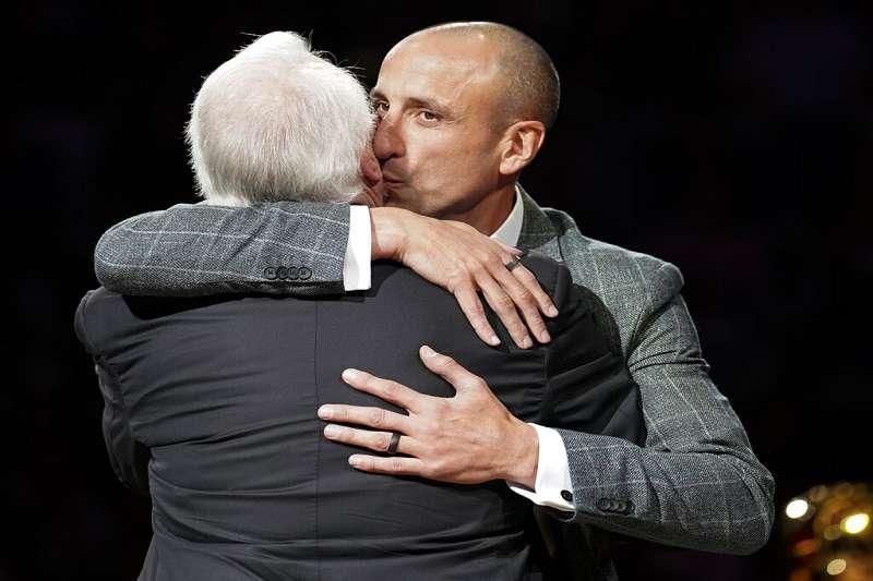 馬刺舉行吉諾比利球衣退役儀式,阿根廷刺客在致詞台上與總教練波波維奇擁抱。(美聯社)