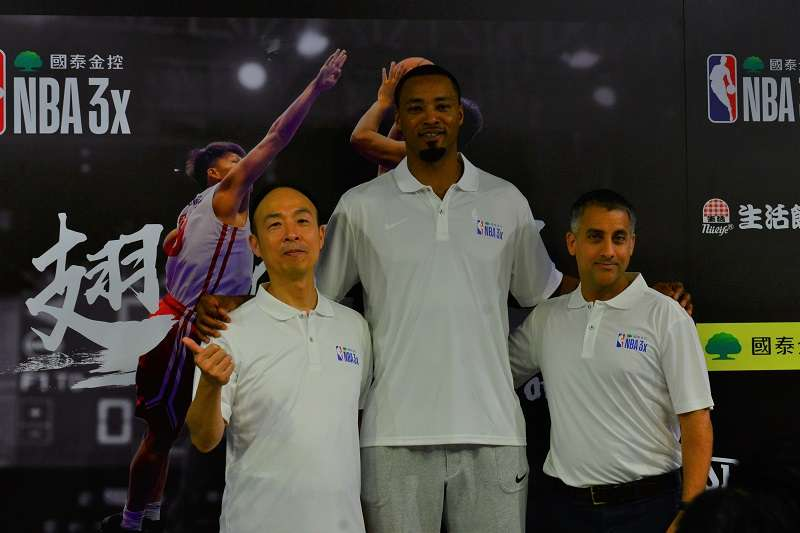 前NBA球星路易斯(中)與國泰證券營運管理處總經理林健治(左)、NBA台灣區副總裁Bimal Kapoor(右)一同合影。